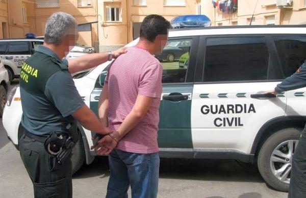 Le roban en su negocio y sigue a los delincuentes hasta Adeje facilitando su detención por la Guardia Civil