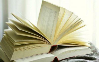 Dos libros: 'De paseo por tierras de España y Portugal. Notas y experiencias (I)' de Emiliano Guillén Rodríguez, y 'La Gomera. Viaje a la isla que habla como los pájaros' de Isabel Medina Brito